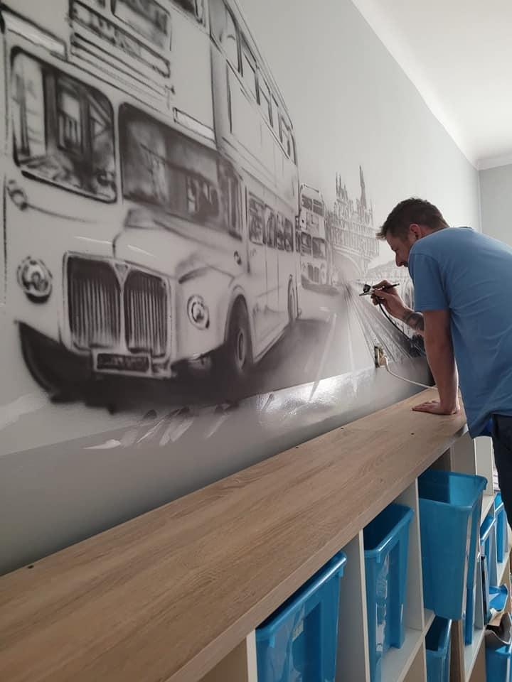 Pan Wojciech Walczyk podczas wykonywania grafiki.